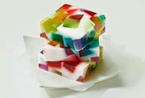 como-hacer-gelatina-de-mosaico-de-tres-colores-3