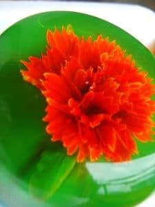 como-hacer-gelatina-artistica-flor-morada-4