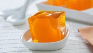 como-hacer-gelatina-con-frutas-de-naranja-natural-5