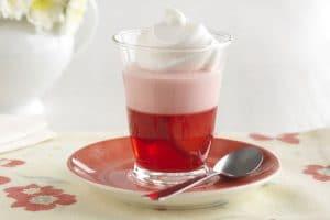 como-hacer-gelatina-con-crema-postre-con-fresas-4