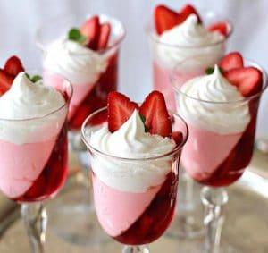 como-hacer-gelatina-con-crema-postre-con-fresas-6