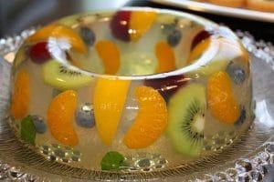 preparando-gelatina-de-mosaico-con-frutas-6