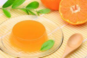 como-hacer-gelatina-con-frutas-de-naranja-natural-3